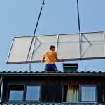 Der Kollektor wird auf einem Dach aufgeständert montiert.